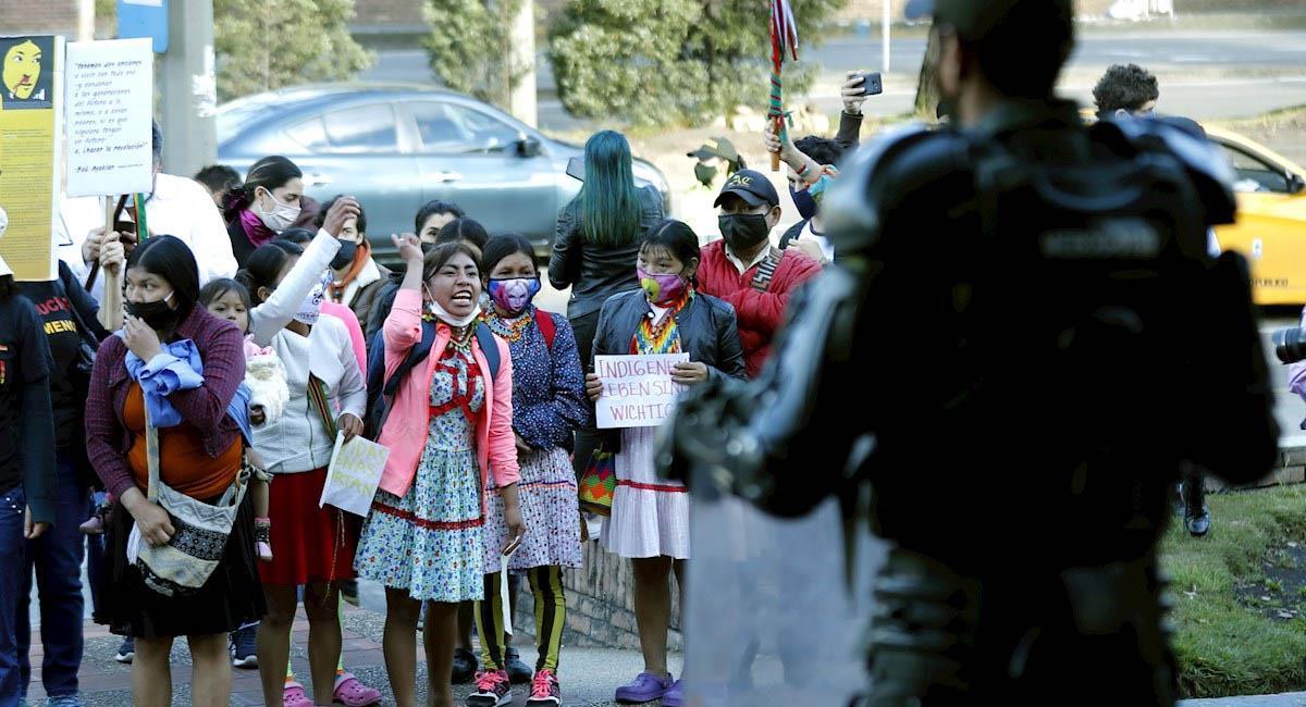 Indígenas embera protestan frente al cantón norte en Bogotá. Foto: EFE