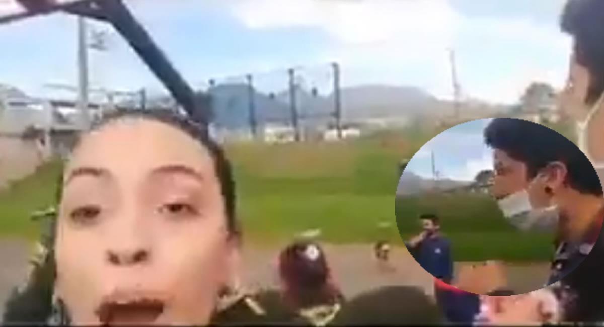 Los testigos intervinieron para evitar el momento, pero igual la policía detuvo al padre de familia. Foto: Twitter @PluraridadZ video.