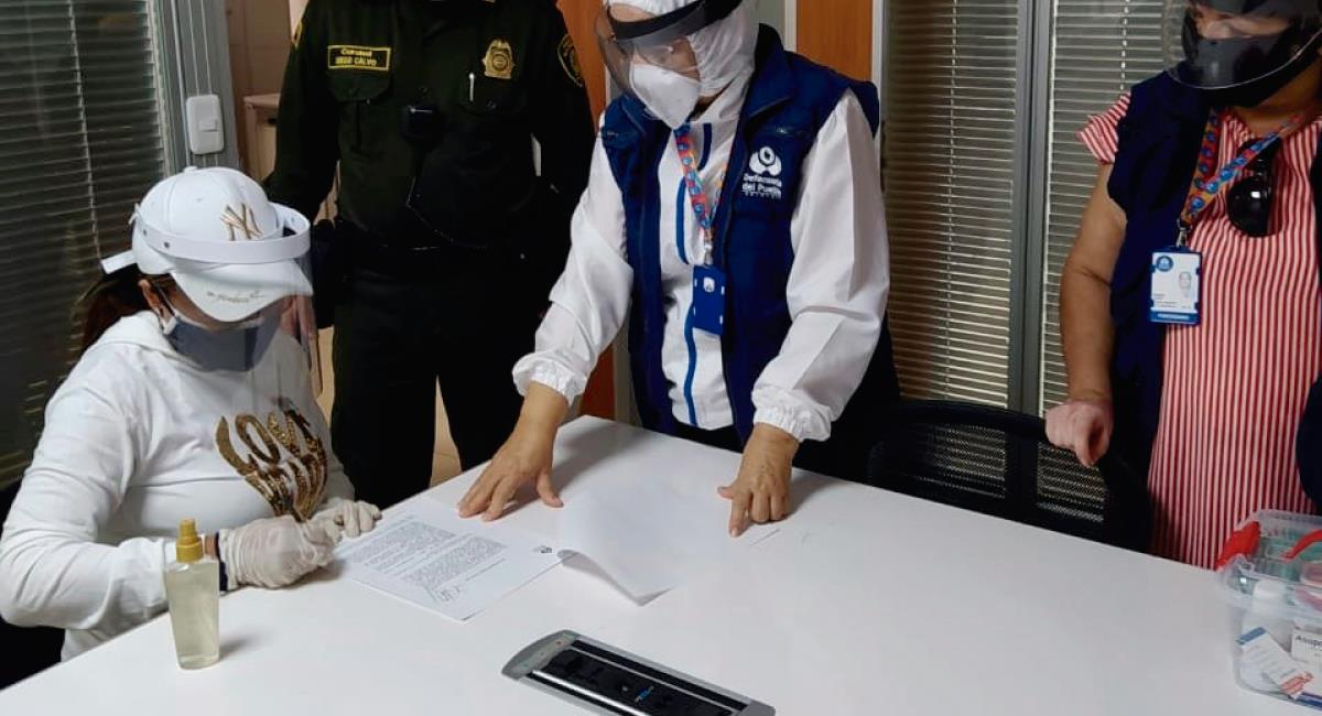 Oneida Pinto se entregó a las autoridades. Foto: Twitter @DefensoriaCol