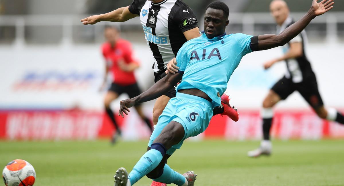 Davinson Sánchez en el partido ante Newcastle. Foto: EFE