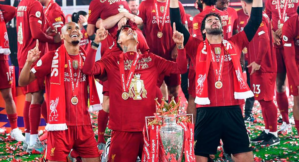Fabinho (I) mientras celebraba la Premier League fue robado. Foto: EFE