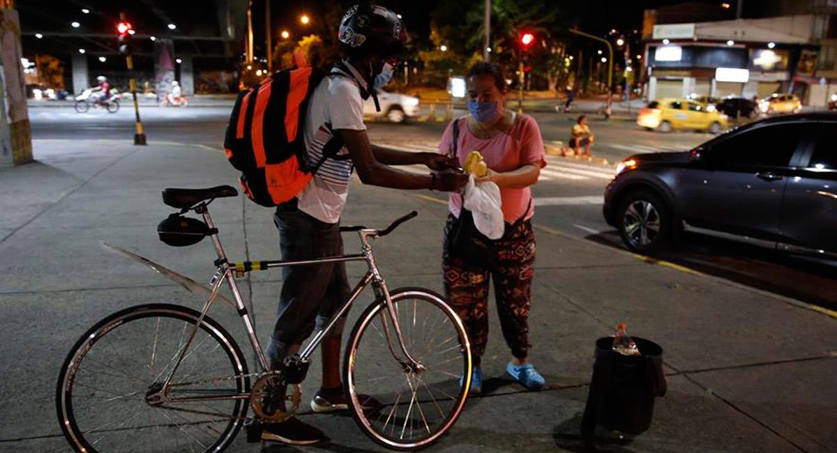 Así ayudan en bicicleta a los más necesitados