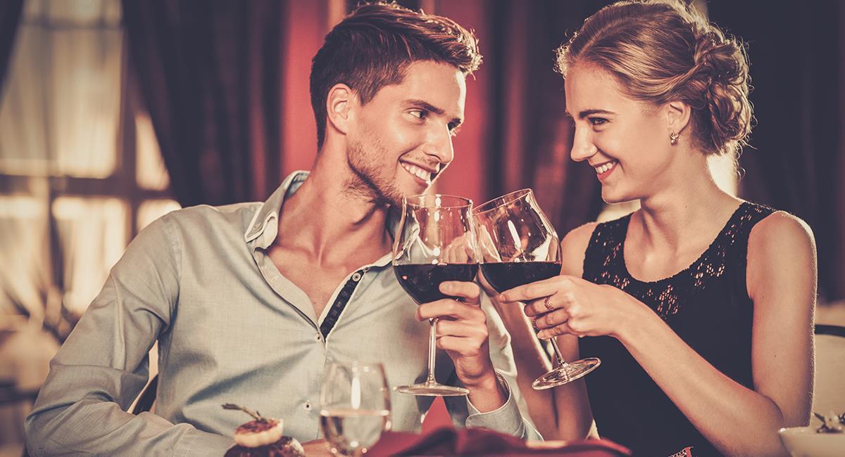 Los hombres demuestran que están interesados con indirectas o comportamientos inconscientes. Foto: Shutterstock