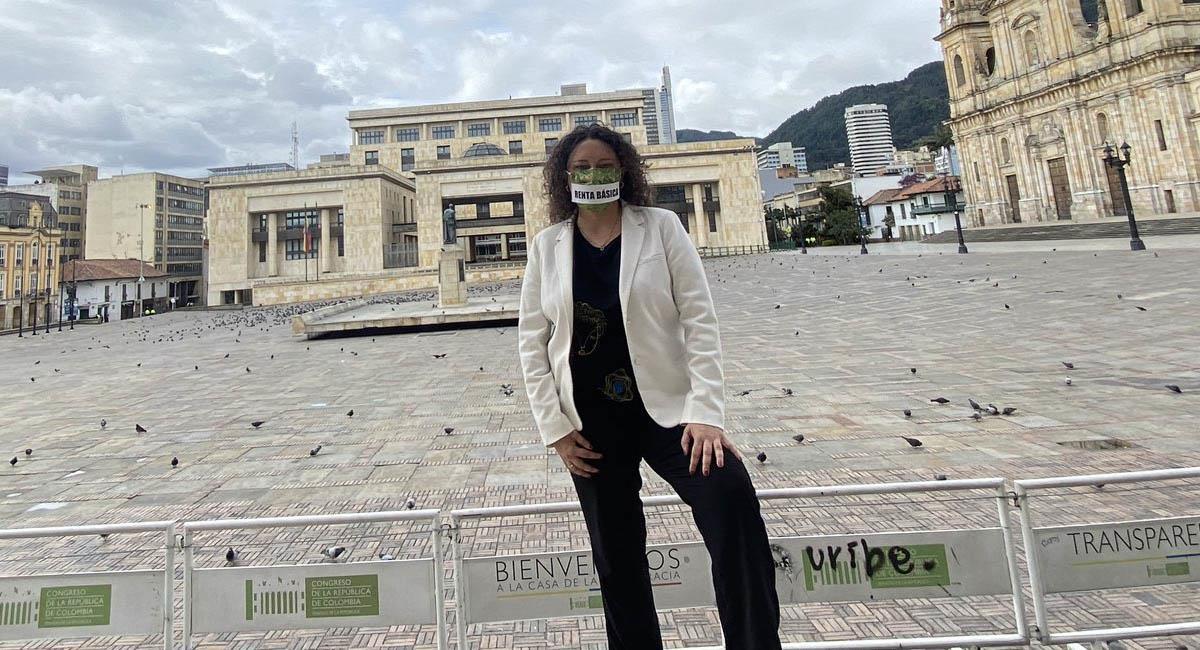 Angélica Lozano, senadora del Partido Verde, frente al Capitolio Nacional. Foto: Twitter / @AngelicaLozanoC