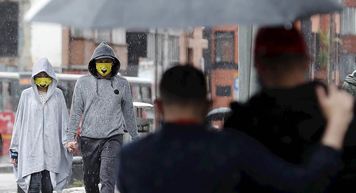 Una pareja es vista mientras caminaba el pasado 26 de julio en Bogotá. Foto: EFE