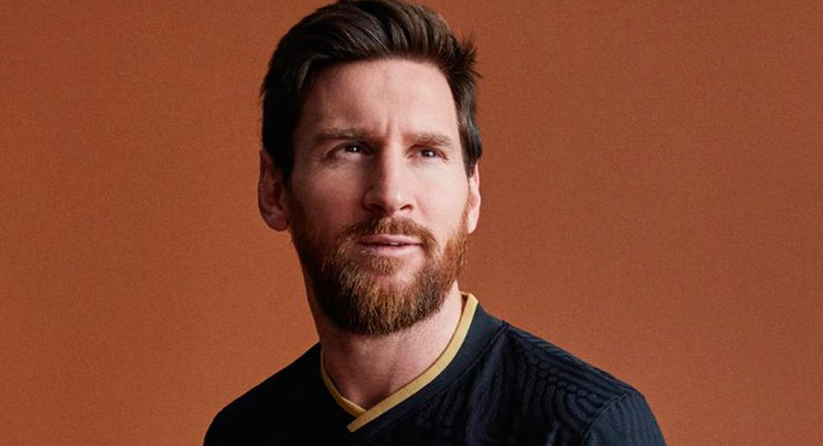 Lionel Messi con la nueva camiseta de Barcelona. Foto: Twitter @FCBarcelona_es