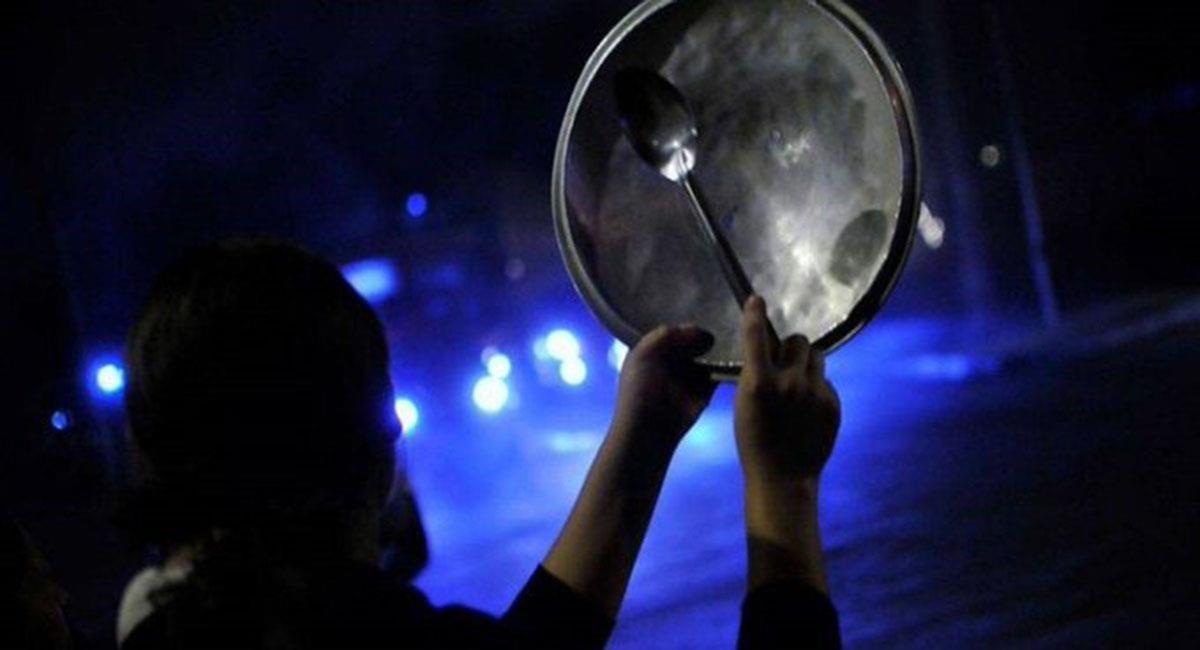 Desde casa o en la calle, muchos simpatizantes y detractores de Álvaro Uribe hacen sonar sus cacerolas. Foto: Twitter El Clarín