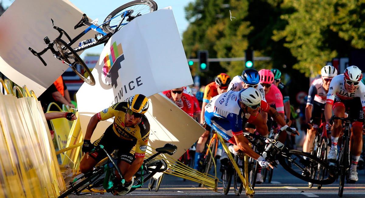 Momento exacto de la caída que involucró a Fabio Jakobsen en la Vuelta a Polonia. Foto: EFE