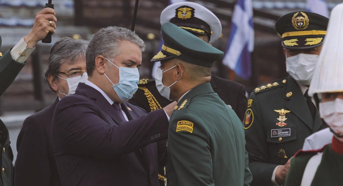 Presidente Iván Duque junto a oficiales de las Fuerzas Armadas. Foto: Twitter @mindefensa