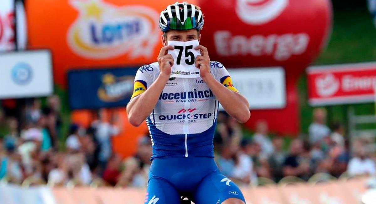 Así le dedicó Evenepoel la victoria a Fabio Jakobsen. Foto: EFE
