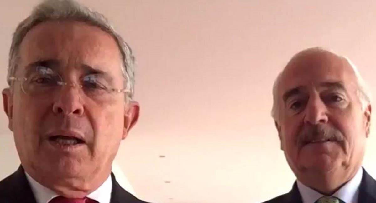 Los expresidentes de Colombia, Álvaro Uribe (i) y Andrés Pastrana (d). Foto: Twitter / @RCR750