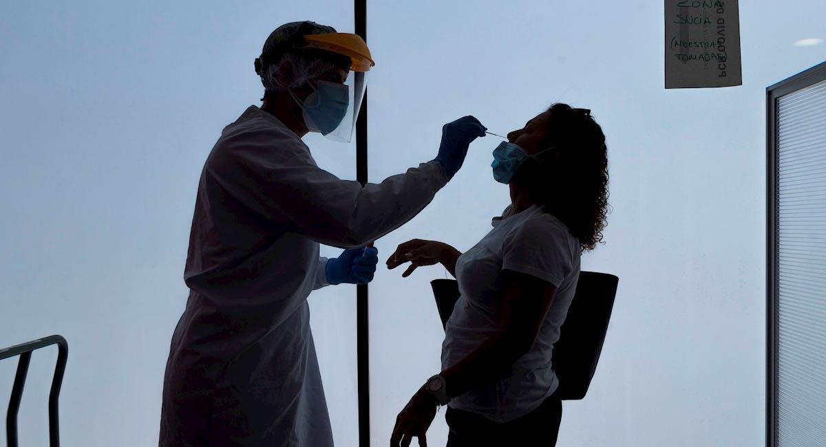 Médico realiza prueba PCR a posible caso de coronavirus. Foto: EFE