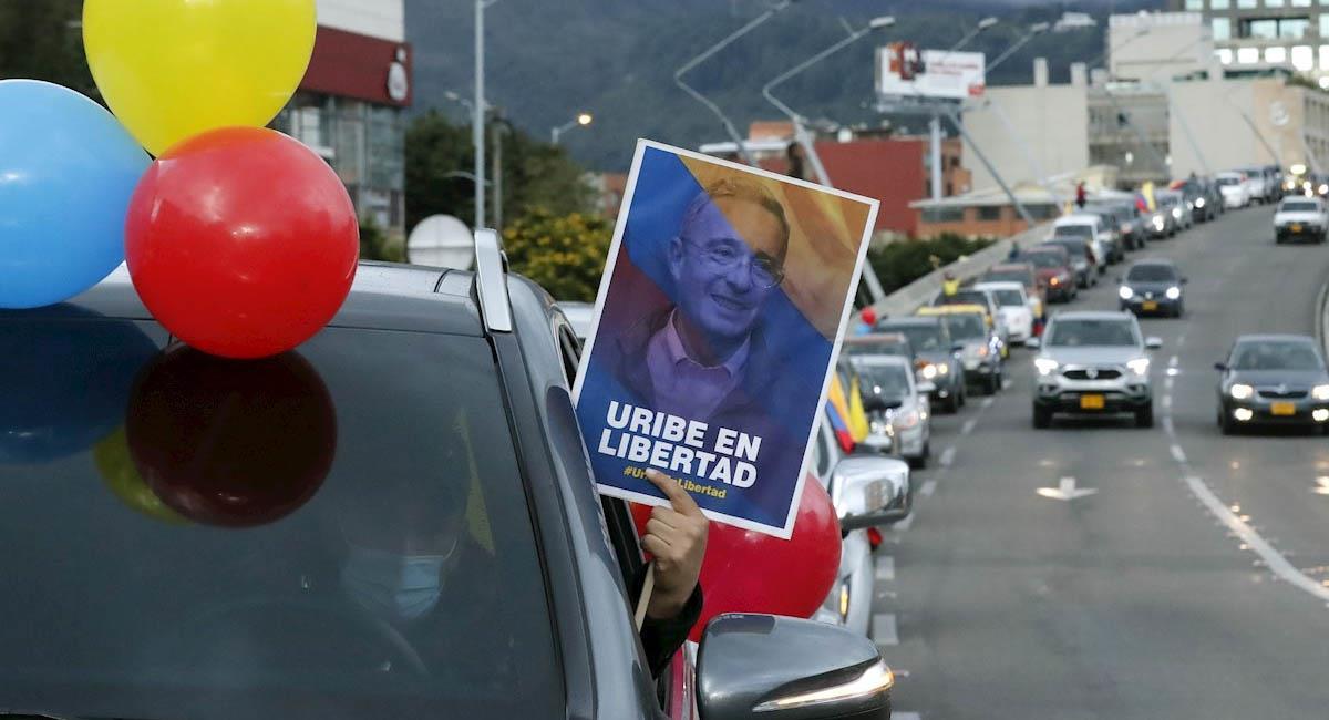 Imagen captada durante una caravana en favor de Uribe, en el norte de Bogotá. Foto: EFE