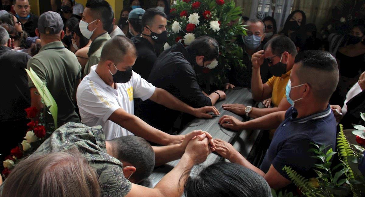 Familiares se lamentan sobre el féretro con el cuerpo de Óscar Obando, una de las víctimas de esta masacre. Foto: EFE