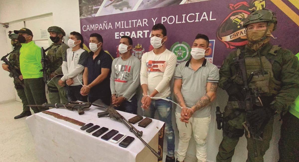"""Cuatro detenidos del grupo criminal """"Los Rastrojos"""". Foto: Twitter @FiscaliaCol"""