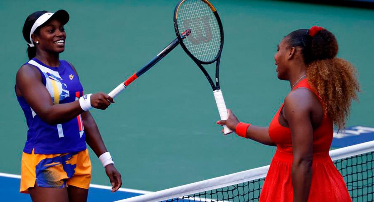 Serena Williams (D) saludando a su compatriota Sloane Stephens. Foto: EFE
