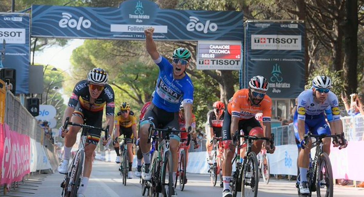 Fernando Gaviria (naranja) llegó en la segunda posición de la Tirreno Adriático. Foto: Twitter @TirrenAdriatico