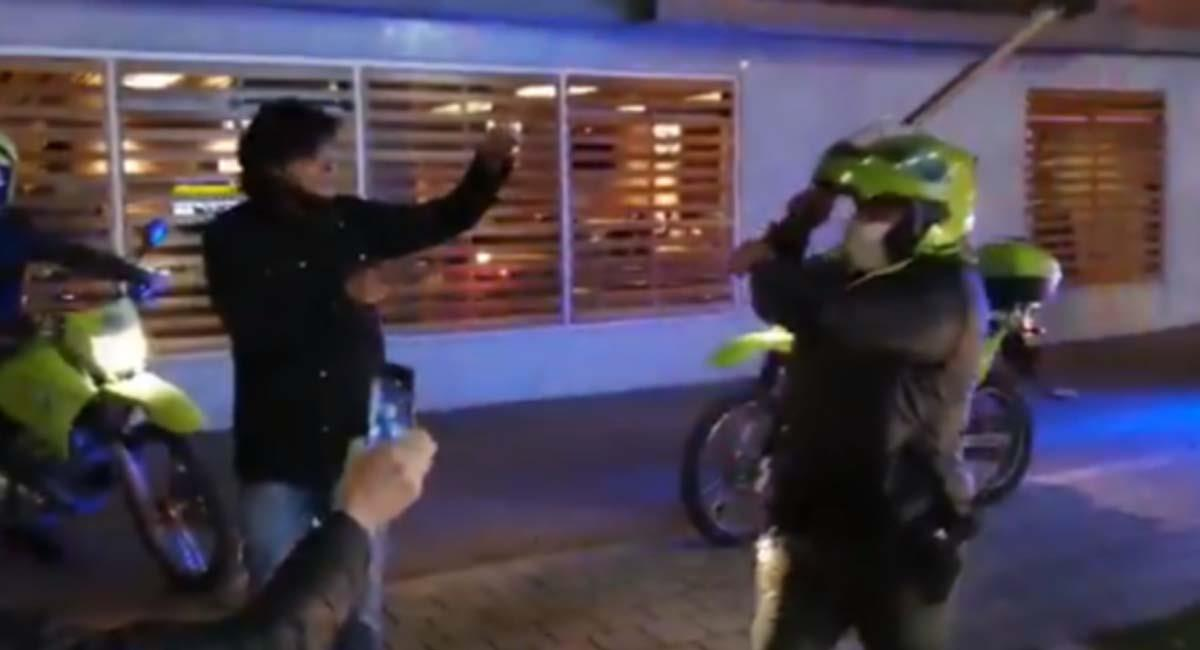 El policía habría agredido a tres personas en la zona del Parkway en Bogotá. Foto: Twitter / Captura video @TembloresOng