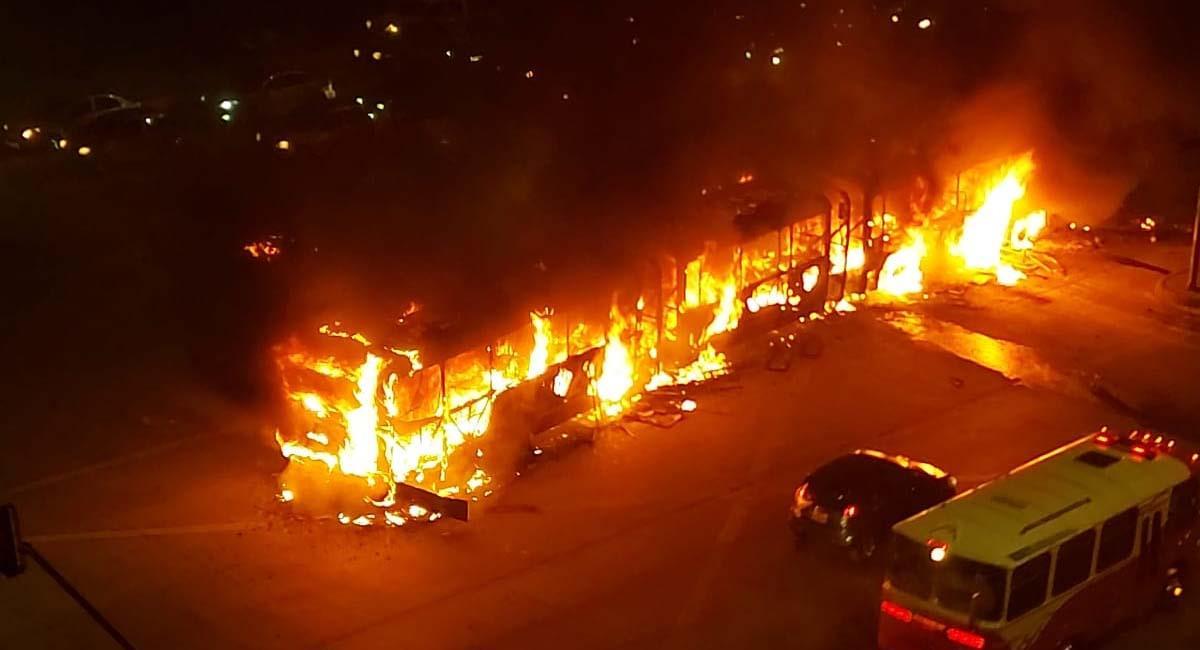 Así se incendió el biarticulado en Bosa. Foto: Twitter / @ElParcheCritico