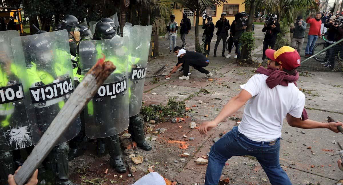 Los manifestantes violentaron varios CAIs en la capital colombiana. Foto: EFE