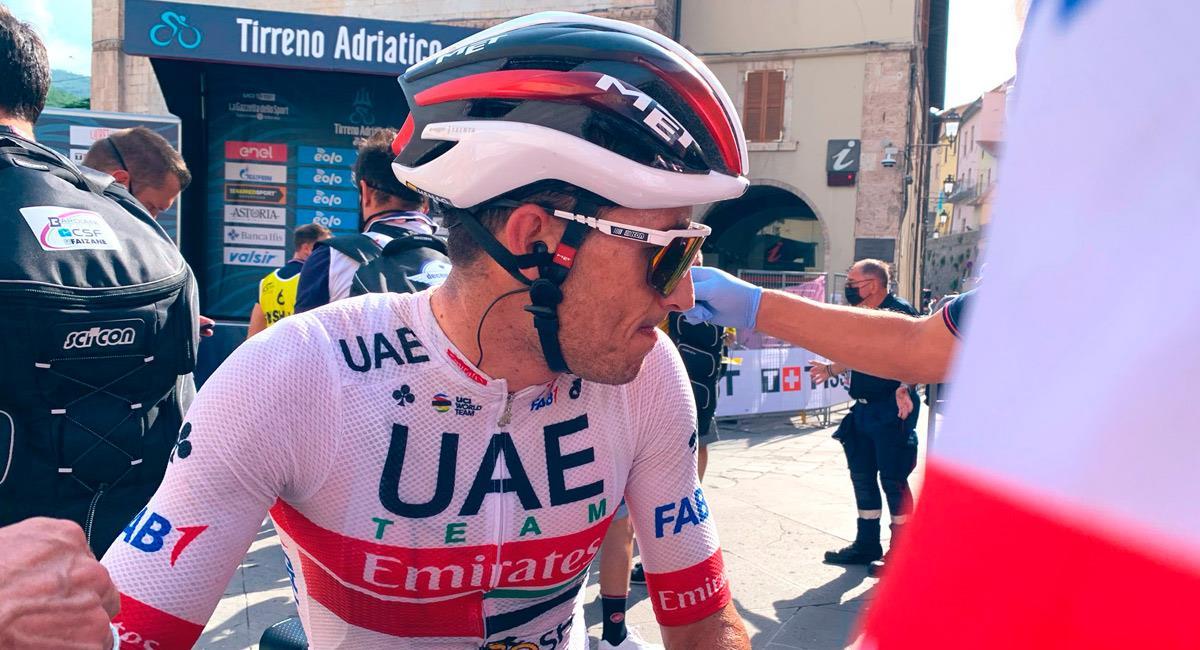 Sergio Henao, pedalista colombiano en la Tirreno-Adriático. Foto: Twitter @TeamUAEAbuDhabi