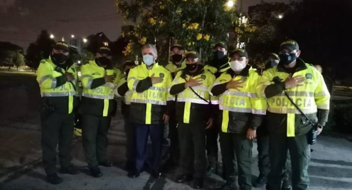 Iván Duque se vistió de policía. Foto: Twitter @CarlosCortes