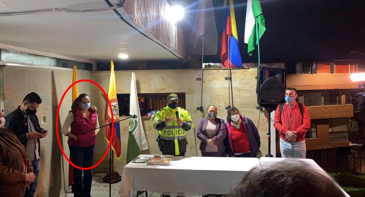 María Fernanda Cabal acompañaba a la Policía en la entrega del CAI. Foto: Twitter @MariaFdaCabal