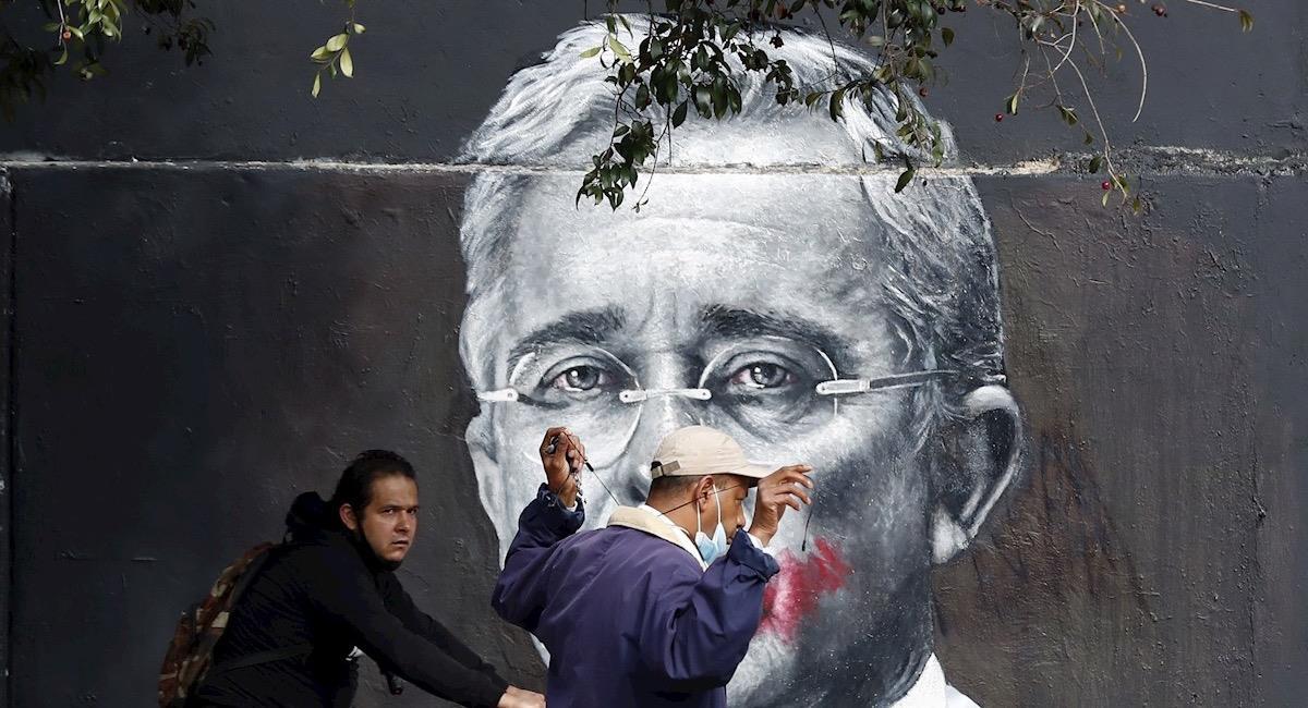 Mural de Álvaro Uribe en Bogotá. Foto: EFE