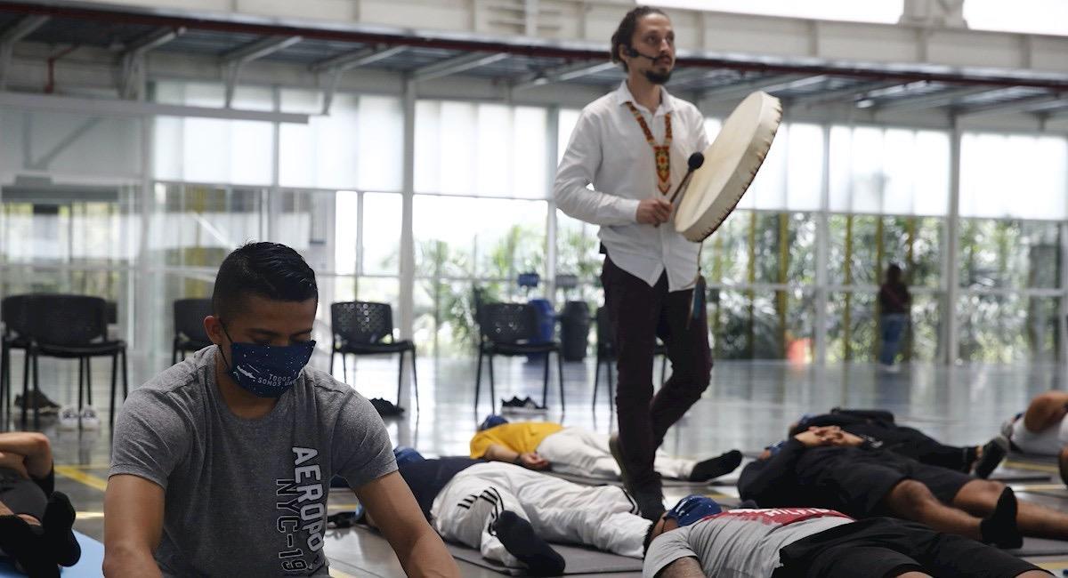 Policía de Colombia recibiendo taller de yoga. Foto: EFE