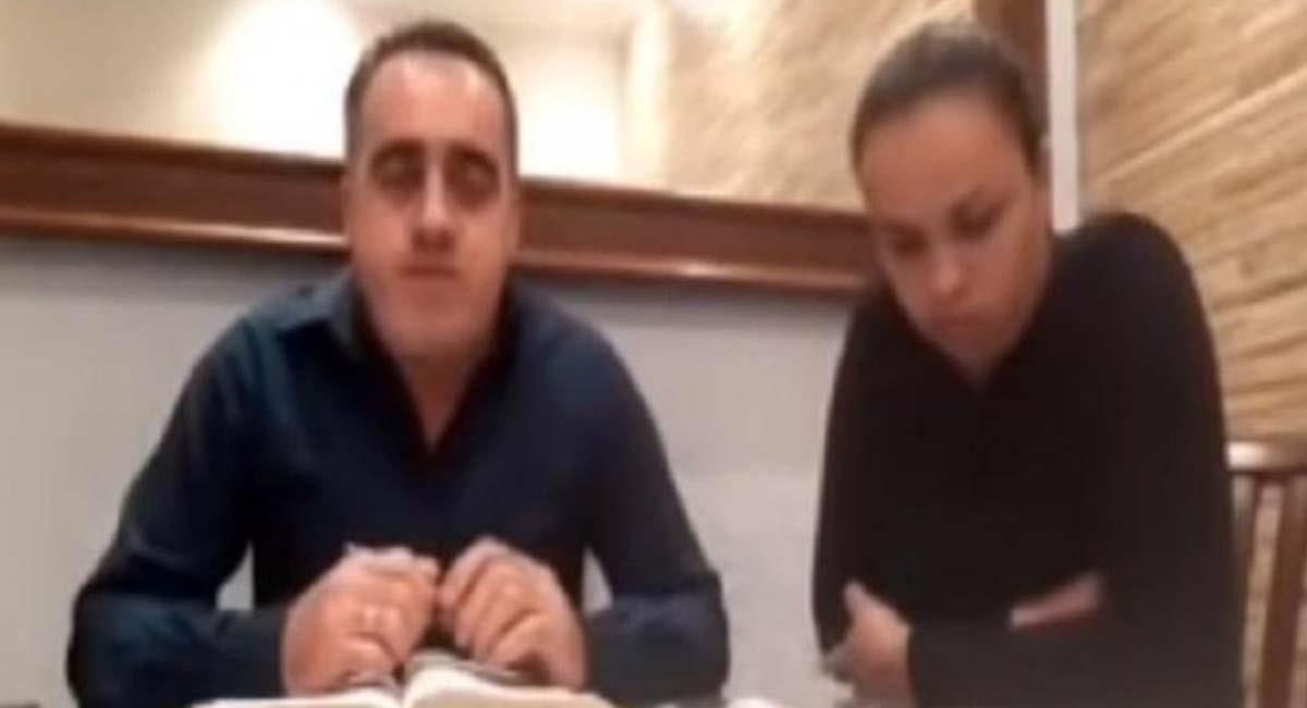 El líder religioso insultó a su esposa durante el video en vivo. Foto: Twitter / @davycoen1