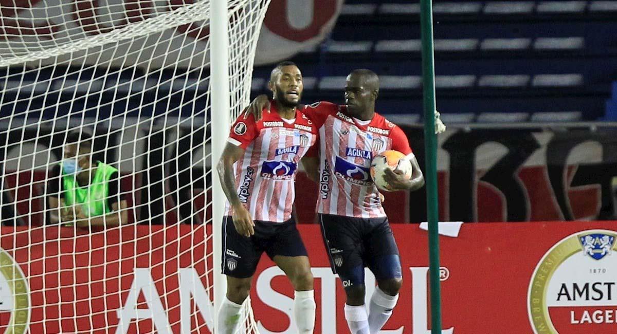 Carmelo Valencia (derecha) celebra su segundo gol en el partido. Foto: EFE