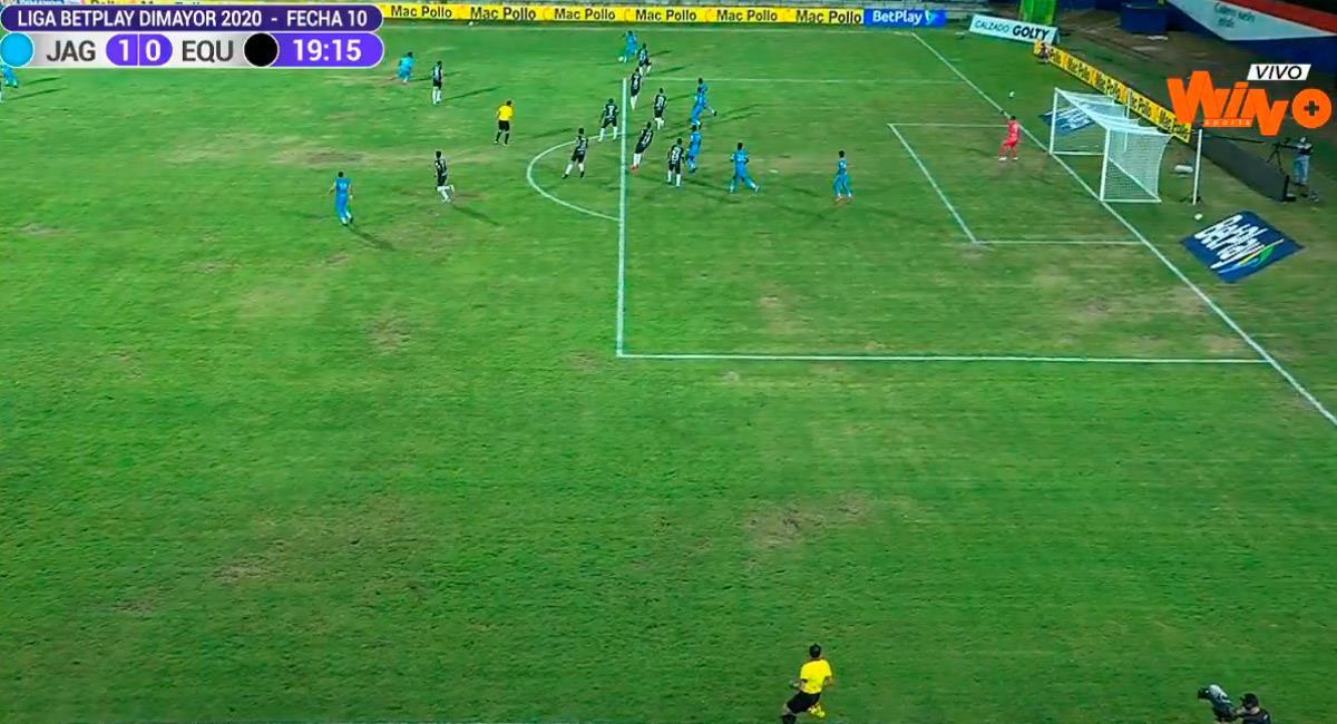 Así de mal lucía la cancha del Estadio Jaraguay en Montería. Foto: Twitter Reproducción video @WinSportsTV