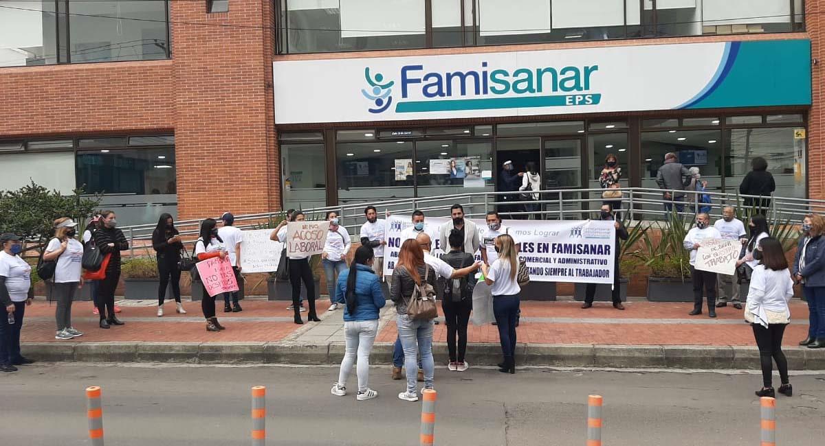 Los empleados de Famisanar se manifestaron frente a una de las sedes en Bogotá. Foto: Cortesía Sintrafamisanar