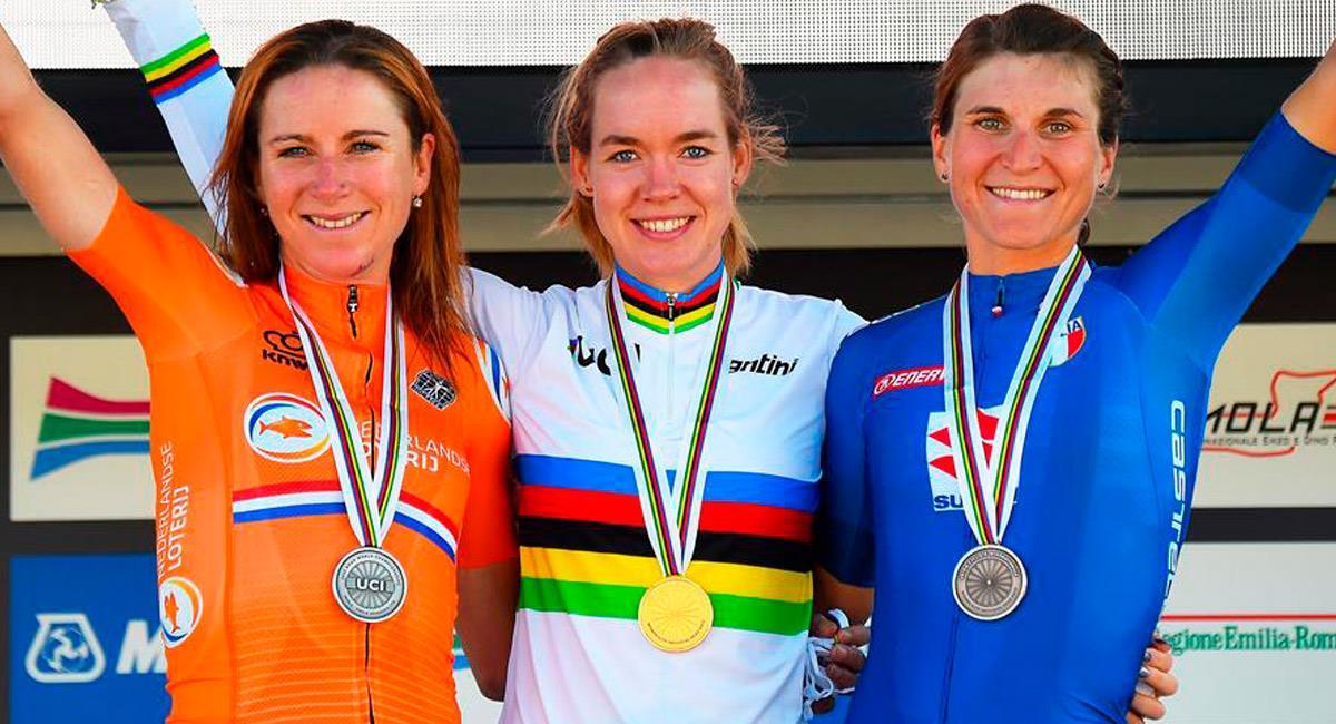 Anna van der Breggen (centro) es campeona del mundo de ruta 2020. Foto: EFE