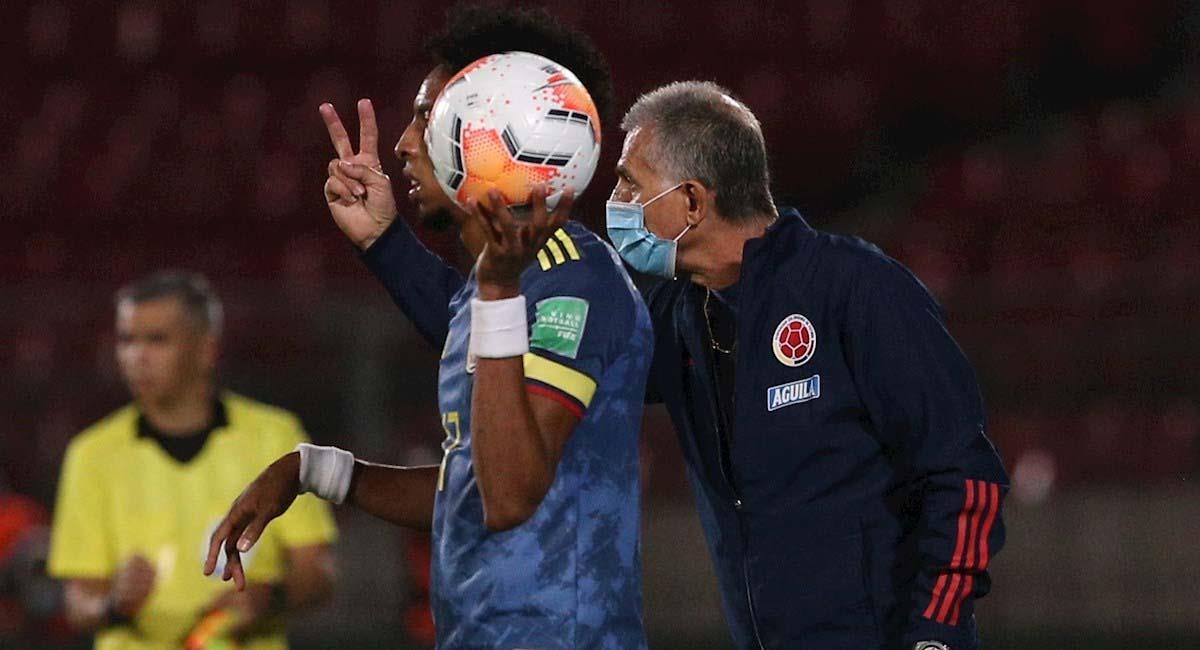 Carlos Queiroz tiene una charla técnica con Johan Mojica, en el partido contra Chile. Foto: EFE