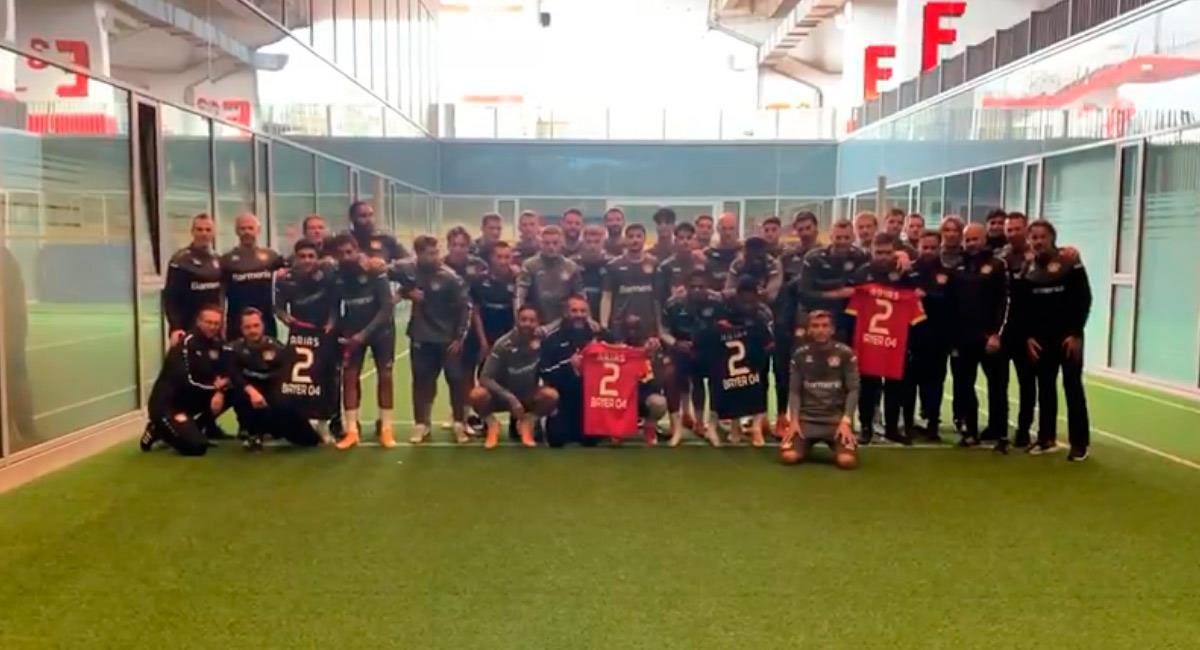 Los jugadores de Bayer Leverkusen le enviaron un mensaje de aliento a Santiago Arias. Foto: Twitter @bayer04fussball