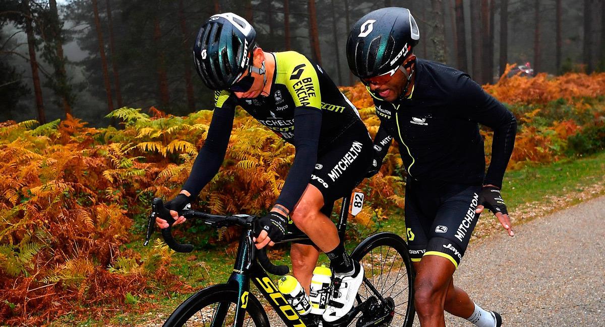 Esteban Chaves en el percance que sufrió en la etapa 3. Foto: Twitter @MitcheltonSCOTT