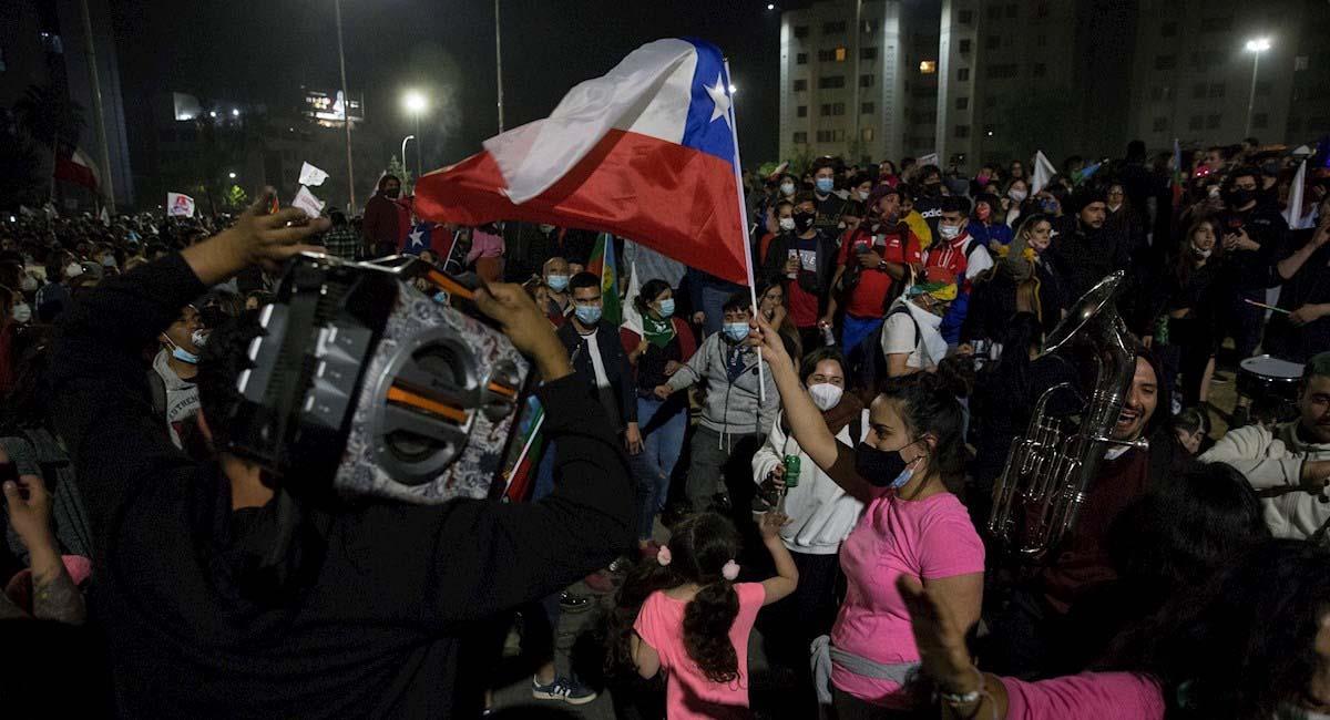Decenas de personas celebran en Santiago, capital de Chile. Foto: EFE