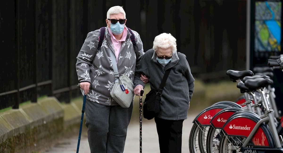 Las personas de la tercera edad son consideradas como población en riesgo ante la COVID19. Foto: EFE