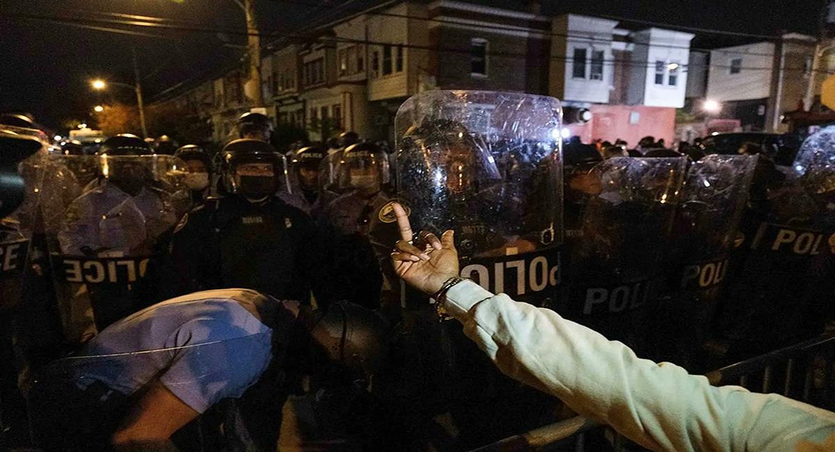Manifestantes enfrentan a la policía en Filadelfia y otras ciudades por muerte de ciudadano de raza negra. Foto: Twitter @Acento_21