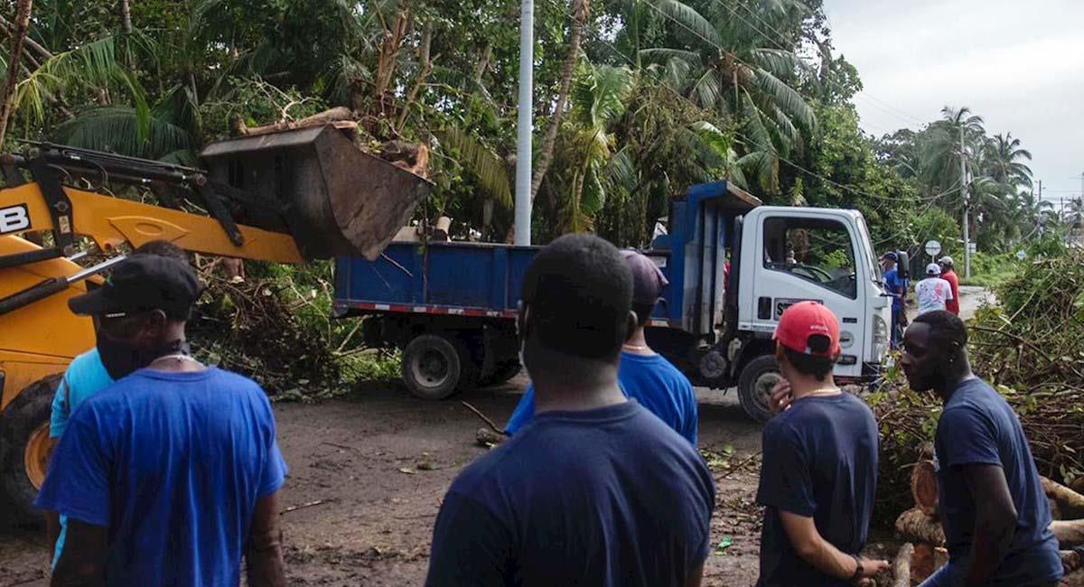 Trabajadores recogen los escombros que dejó el paso del Iota. Foto: EFE