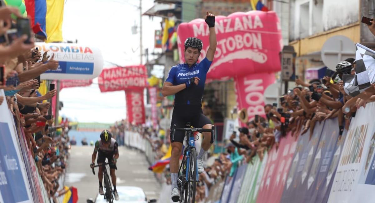 Jose Tito Hernández celebra el triunfo en la octava etapa de la Vuelta a Colombia 2020. Foto: Twitter @Vueltacolombia1
