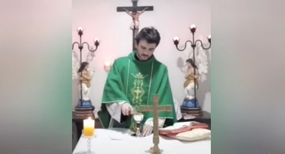 El cura que se tentó de risa en plena misa — Video viral