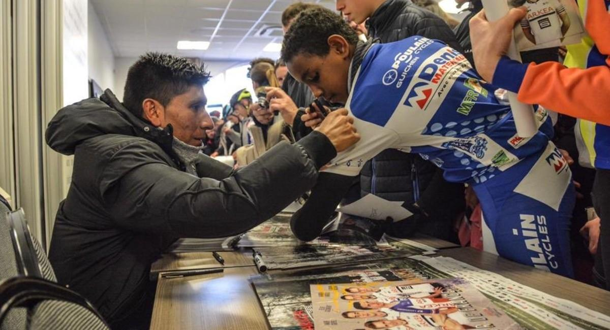 Nairo Quintana dando autógrafos. Foto: Twitter @Arkea_Samsic