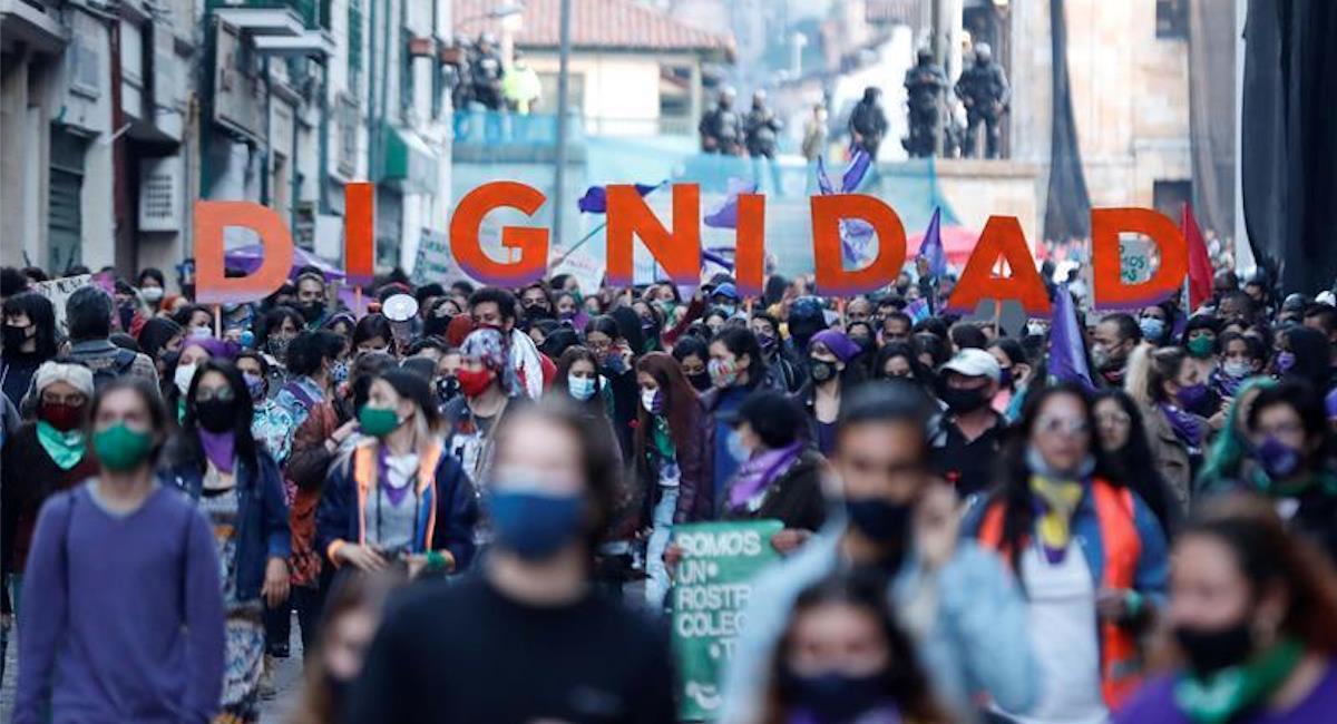 Mujeres colombianas exigen dignidad y un alto a la violencia en contra de su género. Foto: EFE