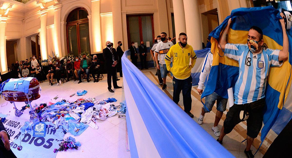 Los fanáticos de Diego Maradona hacen fila a la afueras de la Casa Rosada para despedirse de el '10'. Foto: EFE