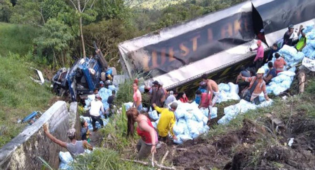 Habitantes de zona rural de Valdivia en Antioquia saquean un camión con bolsas de detergente accidentado. Foto: Twitter @infobaecolombia