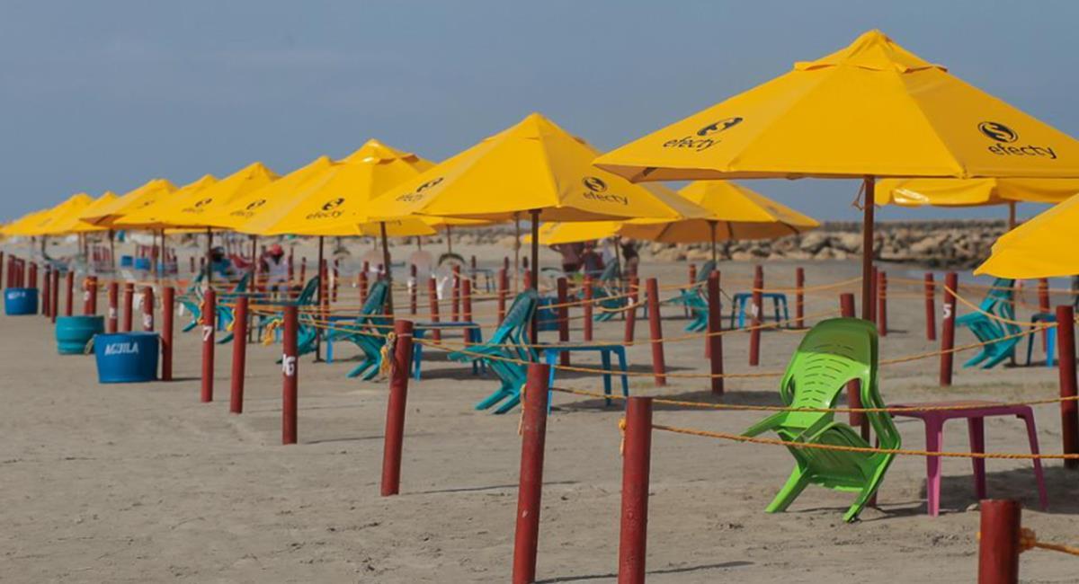Autoridades usaron elementos 'amigables' para los soportes usados en la playa. Foto: Twitter @AlcaldiaCTG
