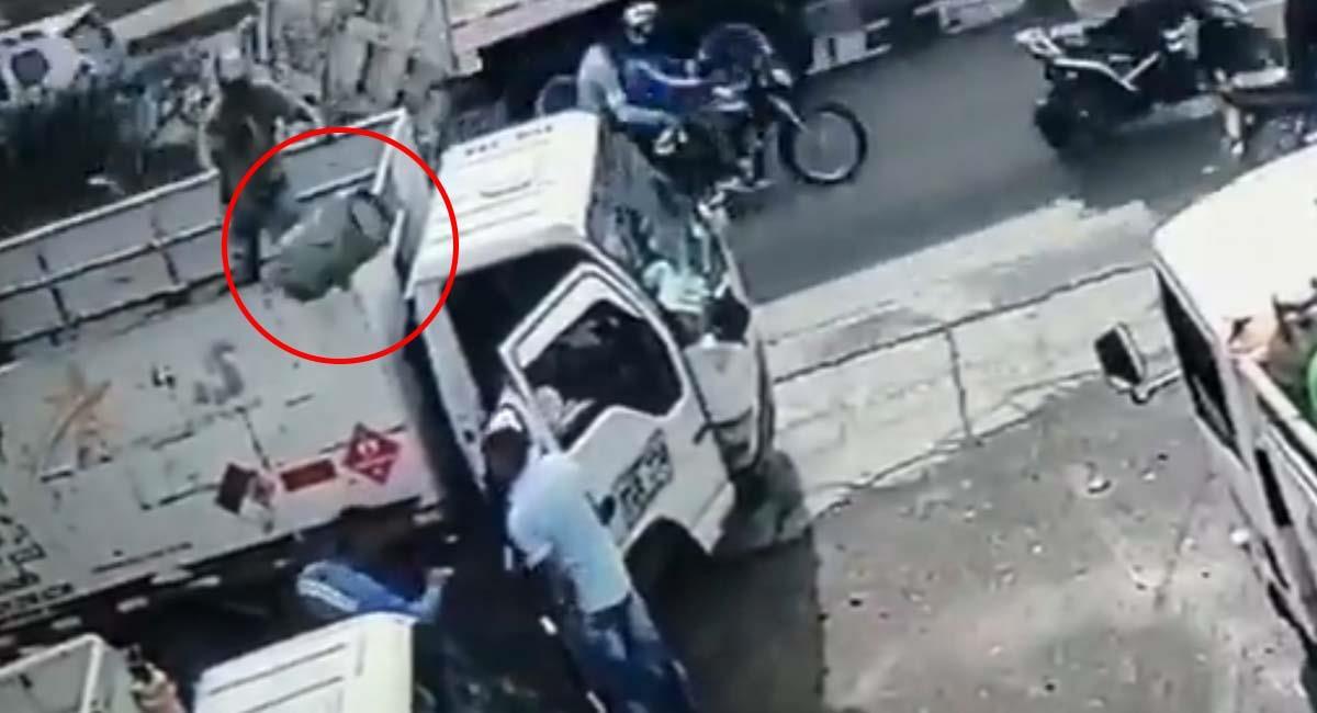 Momento en que el repartidor lanzó el cilindro de gas al ladrón. Foto: Twitter / @HechosVirales