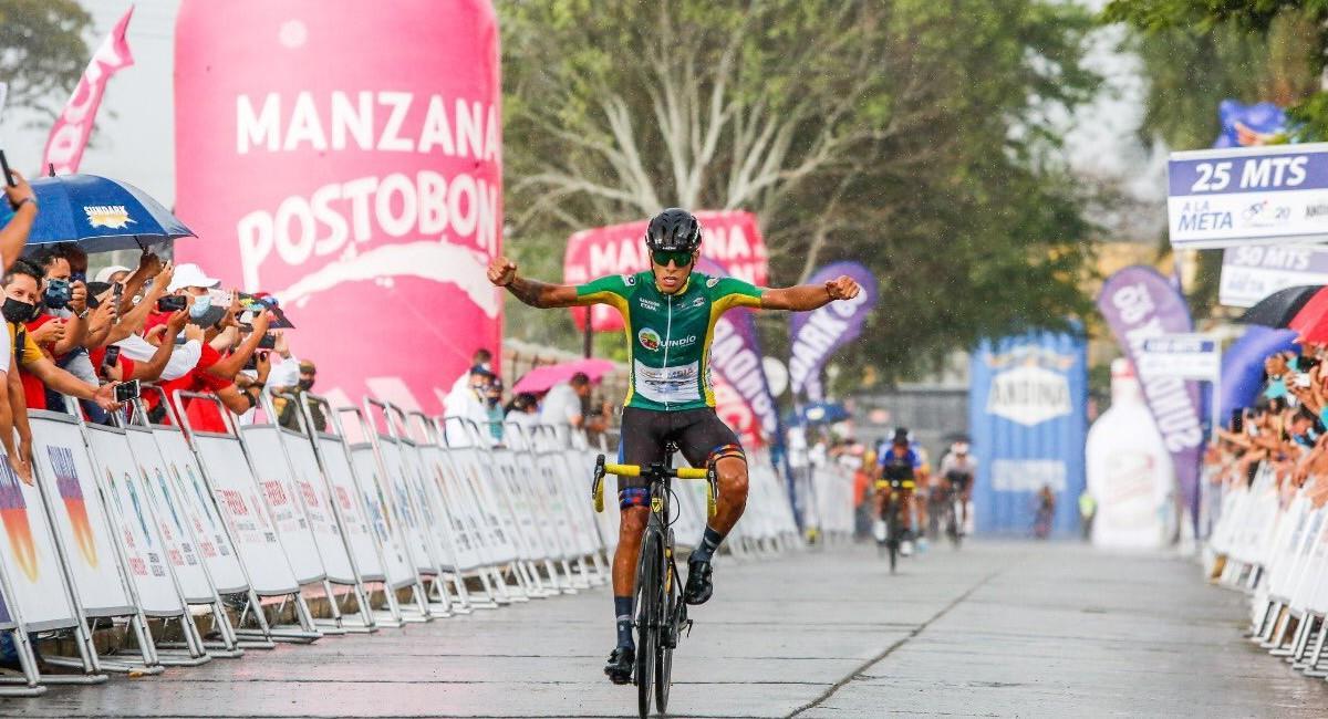 Óscar Quiroz celebra su victoria en la tercera etapa del Clásico RCN. Foto: Twitter @TierraDeAtletas